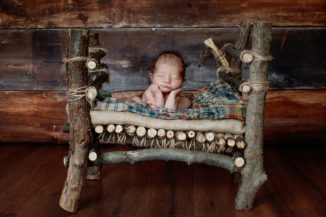 newborn baby photography froggy pose in bed